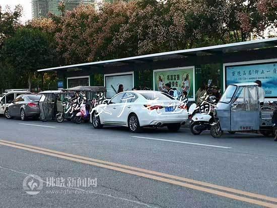 接孩子的车辆挤占公交亚搏体育app官网下载垃圾箱站台 切莫方便自己影响他人