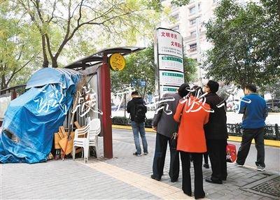 團結南路楓林華府公交宣传栏厂家站候車亭堆放雜物存安全隱患